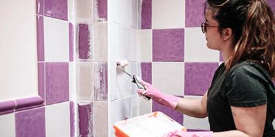Badezimmer-Fliesen-streichen-Kosten-Aufmacher