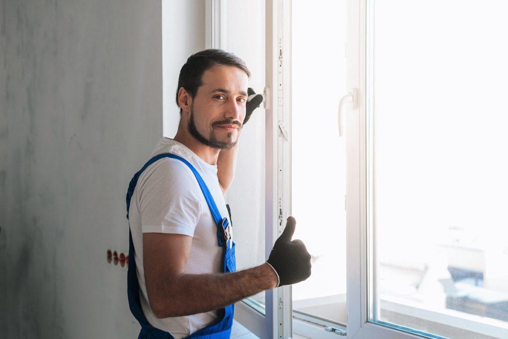 Maler-am-Kunststofffenster